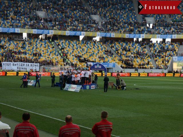 Darijo Srna presented the trophy to Mircea Lucescu