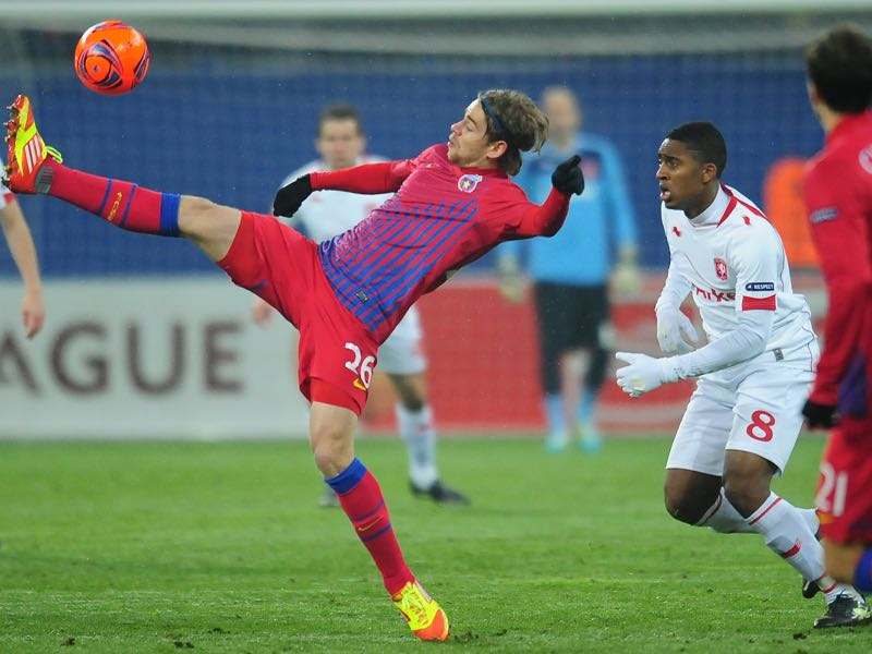 Eric Bicfalvi (L) of Steaua Bucharest vies for the ball with Leroy Fer (R) of FC Twente Enschede during UEFA Europa League football match at The National Arena stadium in Bucharest February 16, 2012. AFP PHOTO / DANIEL MIHAILESCU (Photo credit should read DANIEL MIHAILESCU/AFP/Getty Images)