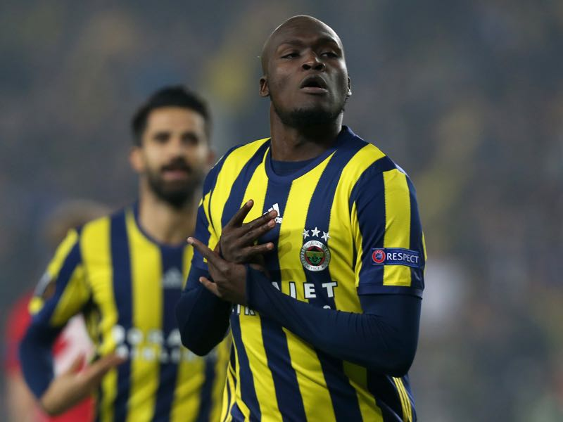 Fenerbahce's Moussa Sow (R) celebrates after scoring a goal during the UEFA Europa League football Fenerbahce SK vs Manchester United at the Fenerbahce Ulker Stadium on November 3,2016 in Istanbul. / AFP / STRINGER (Photo credit should read STRINGER/AFP/Getty Images)