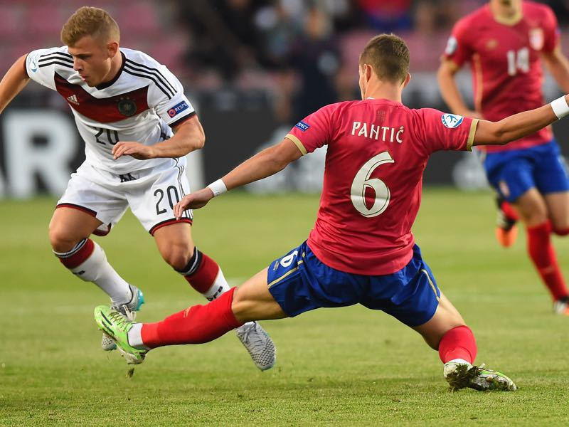 Serbia's Aleksandar Pantić (R) vies for the ball with Germany's Max Meyer vie for the ball during the UEFA Under21 European Championship 2015 football match between Germany and Serbia in Prague on June 17, 2015. AFP PHOTO JOE KLAMAR (Photo credit should read JOE KLAMAR/AFP/Getty Images)