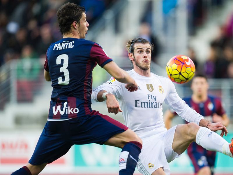 Gareth Bale of Real Madrid duels for the ball with Aleksandar Pantic of SD Eibar during the La Liga match between SD Eibar and Real Madrid at Ipurua Municipal Stadium on November 29, 2015 in Eibar, Spain. (Photo by Juan Manuel Serrano Arce/Getty Images)