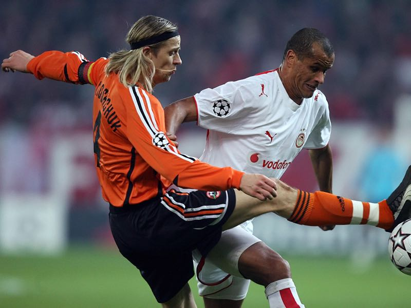 Shakhtar Donetsk's Ukrainian midfielder Anatoliy Tymoschuk (L) fights for the ball with his Olympiakos Pireus counterpart Brazilian Rivaldo during their Champions League group D football game at the Karaiskaki stadium in Piraeus, near Athens, 05 December 2006. AFP PHOTO / Aris Messinis. (Photo credit should read ARIS MESSINIS/AFP/Getty Images)