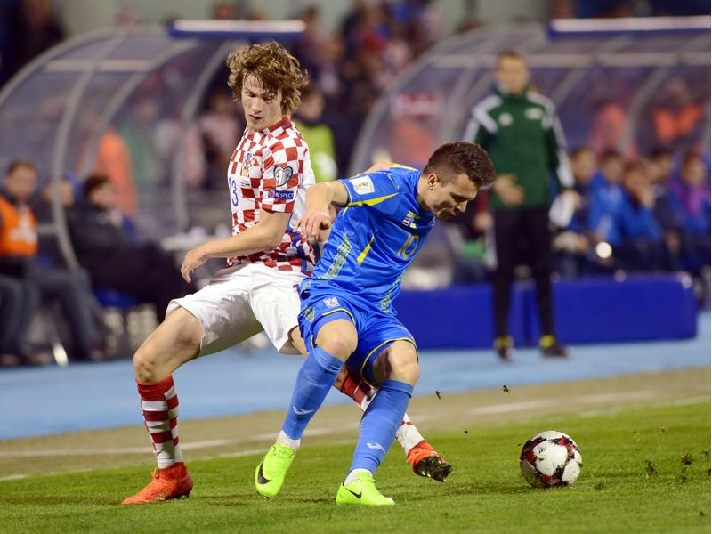 Croatia's defender Tin Jedvaj(L) vies with Ukrainian midfielder Yevhen Konoplyanka during the FIFA World Cup 2018 qualification football match between Croatia and Ukraine in Zagreb on March 24, 2017. / AFP PHOTO / STRINGER (Photo credit should read STRINGER/AFP/Getty Images)
