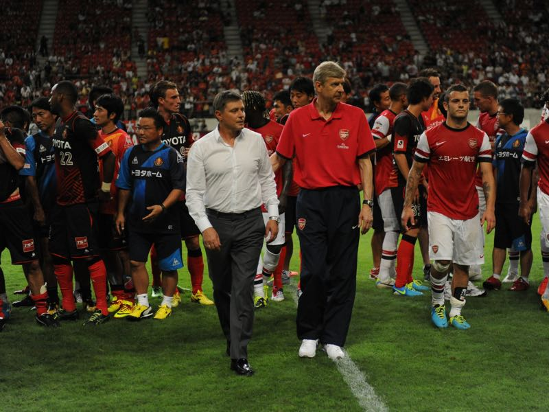 Dragan Stojković (l.) has already been labelled as a potential successor of Arsene Wenger (r.) at Arsenal. (Photo by Masashi Hara/Getty Images)