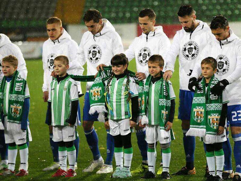 Karpaty Lviv players wearing the ATO shirt. (Image from Federatsiya Futbolu Uchastnikiv ATO)