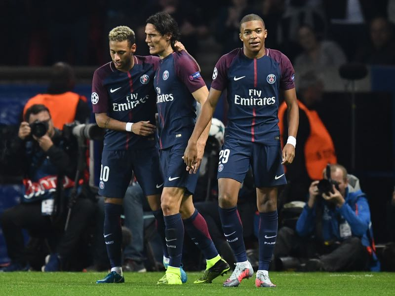 Paris Saint-Germain have brought in superstars like Neymar (l.), Edinson Cavani (c.) and Kylian Mbappe and were still eliminated in the round of 16 of the Champions League. (FRANCK FIFE/AFP/Getty Images)