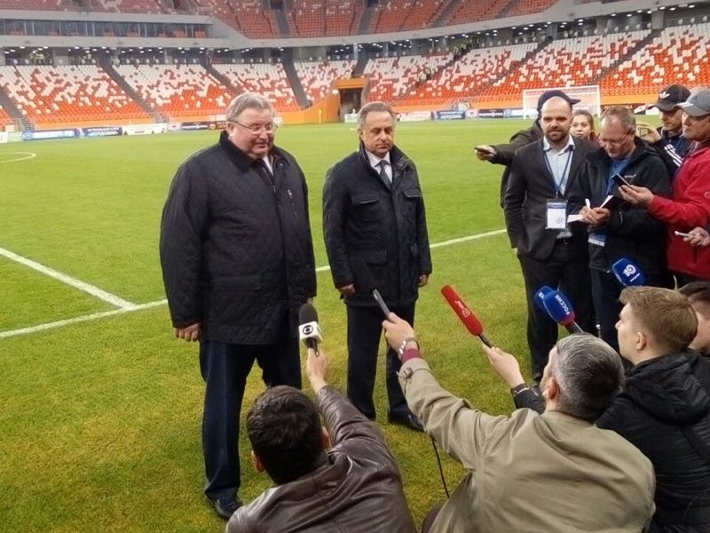The former head of the World Cup organization committee Vitali Mutko (r.) seems happy with the facility (Andrew Flint / Futbolgrad Network)