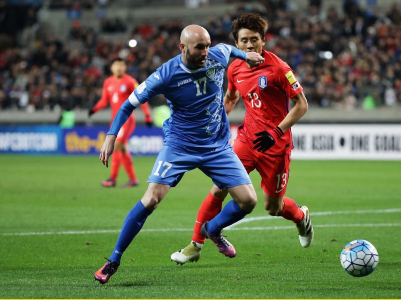 Vadim Afonin of Uzbekistan controls the ball under pressure of Koo Ja Cheol of South Korea during the 2018 FIFA World Cup qualifying match between South Korea and Uzbekistan at Seoul World Cup Stadium on November 15, 2016 in Seoul, South Korea. (Photo by Chung Sung-Jun/Getty Images)