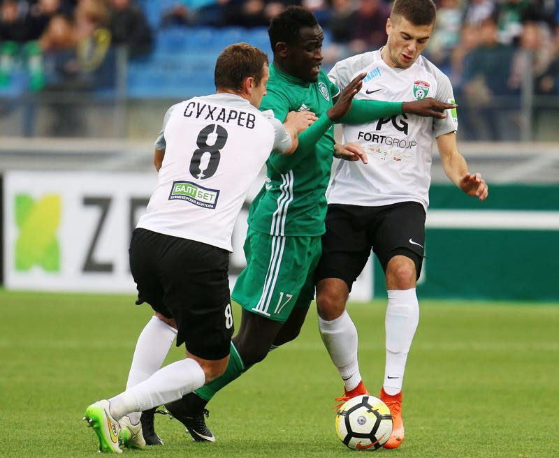 Sergey Sukharev (L) and Alexandr Karnitsky (R) of FC Tosno vies for the ball with Ablaye Mbengue (C) of FC Akhmat during the during the Russian Premier League match between FC Tosno and FC Akhmat at Petrovsky Stadium in St. Petersburg (Photo by Epsilon/Getty Images)