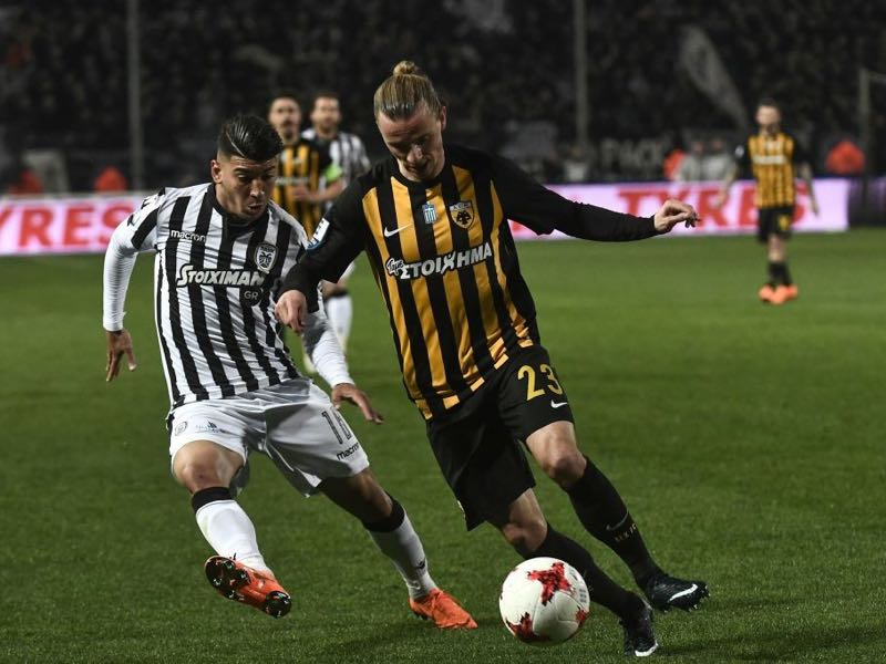 AEK's Swedish midfielder Niklas Hult (R) outruns PAOK's forward Dimitris Limnios during the Greek Superleague football match PAOK Thessaloniki vs AEK Athens on March 11, 2018 in Thessaloniki. (AFP PHOTO / SAKIS MITROLIDIS)