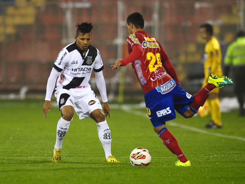 Brazil's Ponte Petra player Rafael Ratao (L) vies for the ball with Deportivo Pasto's Marlon Piedrahita during their 2013 Copa Sudamericana football match at Libertad stadium in Pasto, Colombia on October 22, 2013. AFP PHOTO / RODRIGO BUENDIA (Photo credit should read RODRIGO BUENDIA/AFP/Getty Images)