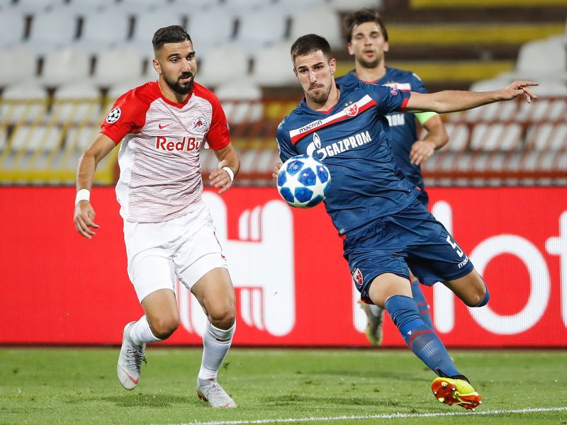 Milos Degenek (R) of Crvena Zvezda in action against Munas Dabbur (L) of Red Bull Salzburg during the UEFA Champions League Play Off First Leg match between FK Crvema Zvezda and FC Red Bull Salzburg at Rajko Mitic Stadium on August 21, 2018 in Belgrade, Serbia. (Photo by Srdjan Stevanovic/Getty Images)