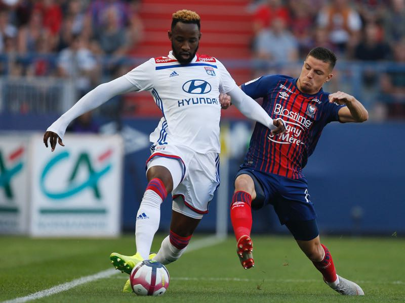 Caen's French defender Frederic Guilbert (R) vies with Lyon's French forward Moussa Dembele (R) during the French L1 football match between Caen (SMC) and Lyon (OL) on September 15, 2018, at the Michel d'Ornano stadium, in Caen, (Photo by CHARLY TRIBALLEAU / AFP)