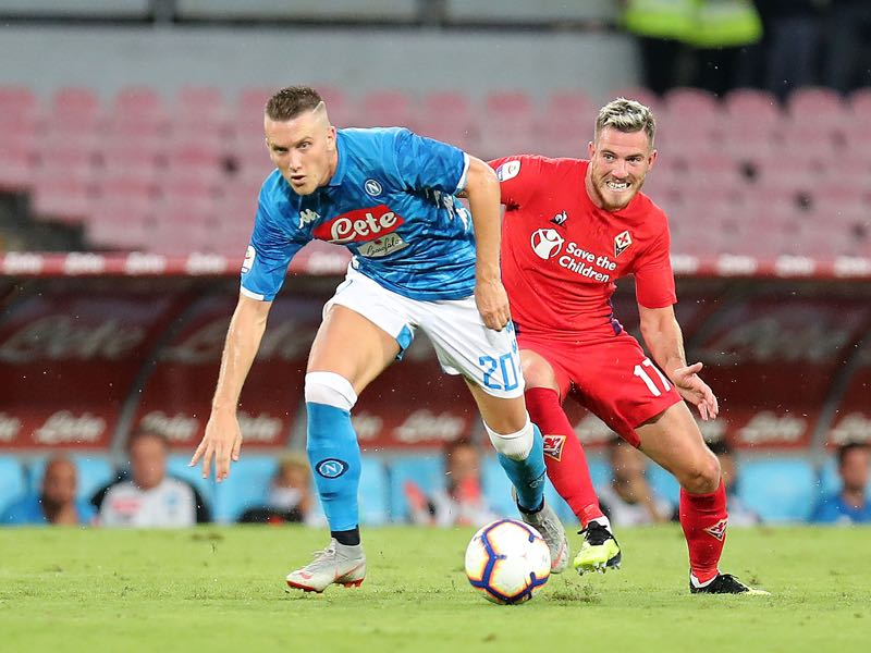 Piotr Zielinski of SSC Napoli vies Jordan Veretout of ACF Fiorentina during the serie A match between SSC Napoli and ACF Fiorentina at Stadio San Paolo on September 15, 2018 in Naples, Italy. (Photo by Francesco Pecoraro/Getty Images)
