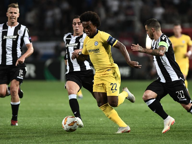 PAOK v Chelsea - Chelsea's Brazilian midfielder Willian (C) vies for the ball with PAOK's Greek midfielder Dimitrios Pelkas (L) and PAOK's Portuguese midfielder Vieirinha (R) during the UEFA Europa League Group L first-leg football match between PAOK Thessaloniki and Chelsea at the Toumba stadium in Thessaloniki on September 20, 2018. (Photo by Sakis MITROLIDIS / AFP/Getty)