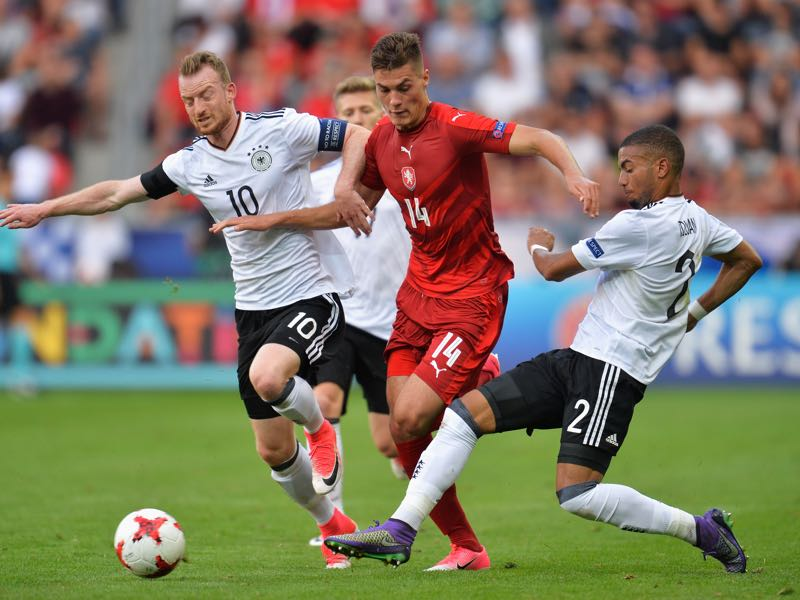 Patrik Schick of Czech Republic attempts to get past Maximilian Arnold of Germany and Jeremy Toljan of Germany during the UEFA European Under-21 Championship Group C match between Germany and Czech Republic at Tychy Stadium on June 18, 2017 in Tychy, Poland. (Photo by Adam Nurkiewicz/Getty Images)