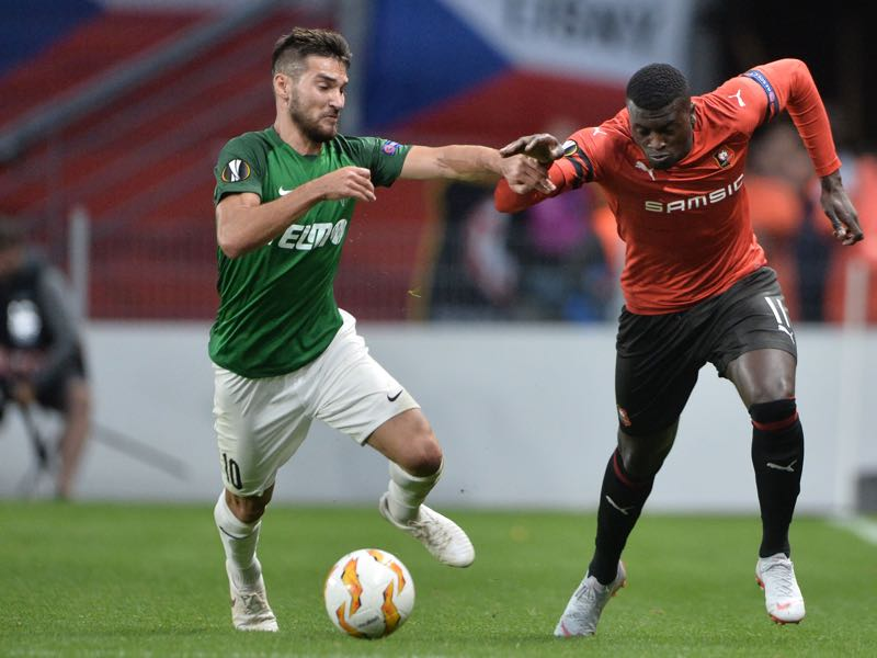 Jablonec's Czech midfielder Michal Travnik (L) fights for the ball with Rennes' Senegalese forward MBaye Niang (R) during the Europa League C3 Group K football match between Rennes (Stade Rennais FC) and FK Jablonec at The Roazhon Park, in Rennes, northwestern France on September 20, 2018. (Photo by JEAN-FRANCOIS MONIER / AFP)