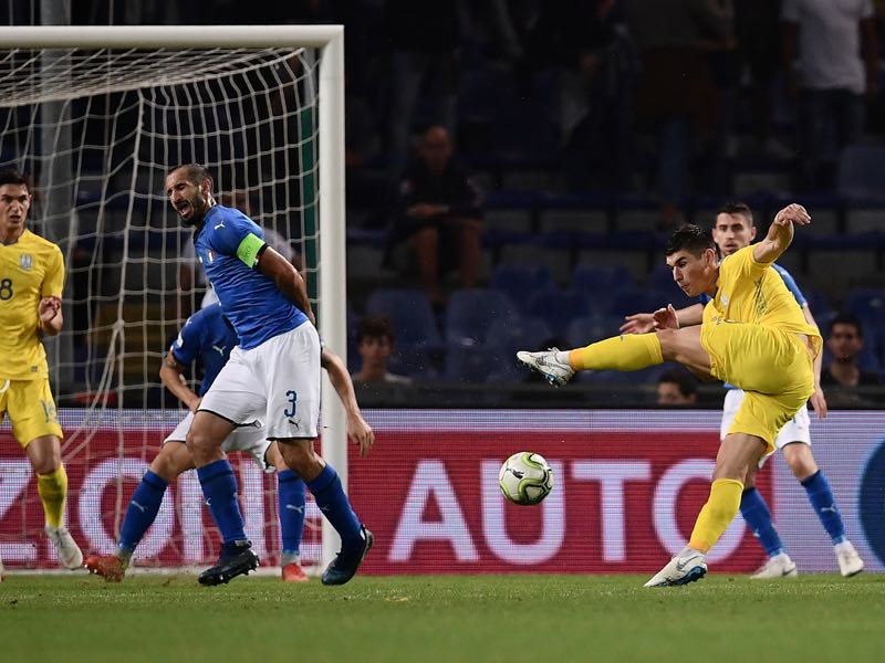 Nations League - Ukraine's midfielder Ruslan Malinovskiy (R) shoots to score an equalizer during the friendly football match Italy vs Ukraine on October 10, 2018 at the Luigi-Ferraris stadium in Genoa. (Photo by Marco BERTORELLO / AFP)