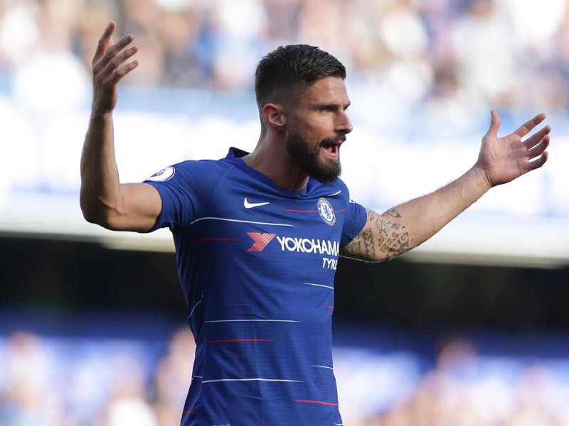 Chelsea's French striker Olivier Giroud gestures to the referee during the English Premier League football match between Chelsea and Manchester United at Stamford Bridge in London on October 20, 2018. (Photo by Daniel LEAL-OLIVAS / AFP)