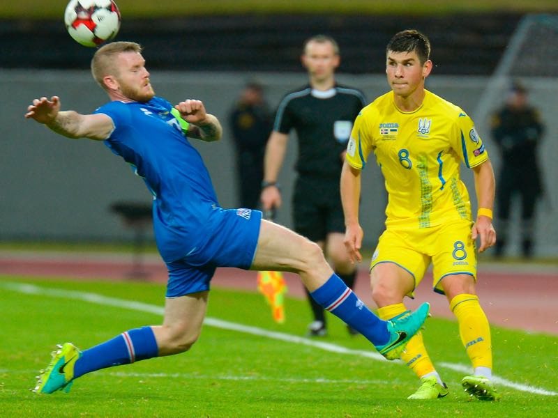 Iceland's midfielder Aron Gunnarsson (L) and Ukraine's midfielder Ruslan Malinovskiy vie for the ball during the FIFA World Cup 2018 qualification football match between Iceland and Ukraine (HARALDUR GUDJONSSON/AFP/Getty Images)