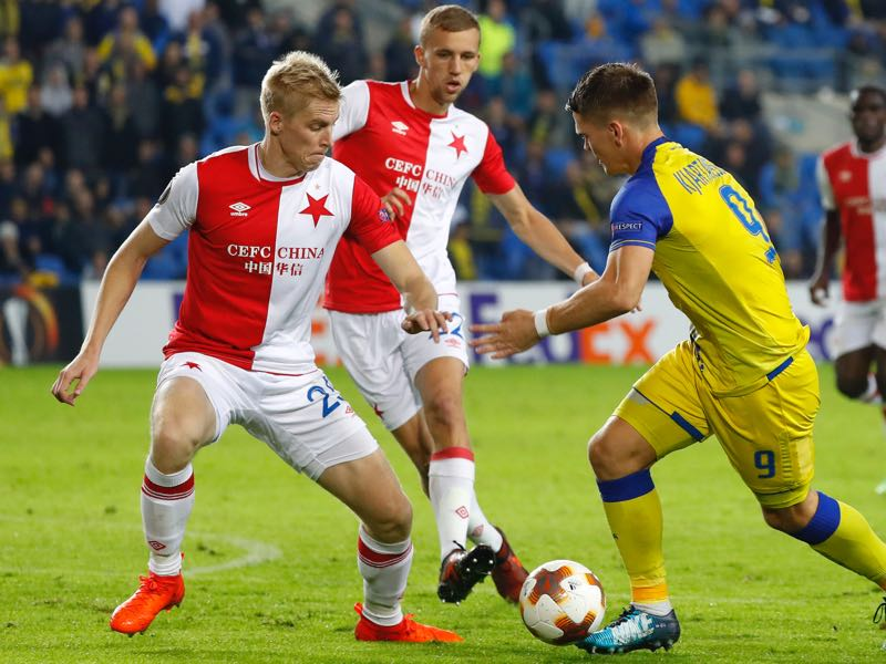 Maccabi's Icelandic forward Vidar Kjartansson (R) vies for the ball with Slavia's Czech midfielder Tomas Soucek (L) during the Europa League Group A football match between Maccabi Tel Aviv and Slavia Prague on November 23, 2017, at the Netanya Municipal Stadium in Netanya (JACK GUEZ/AFP/Getty Images)