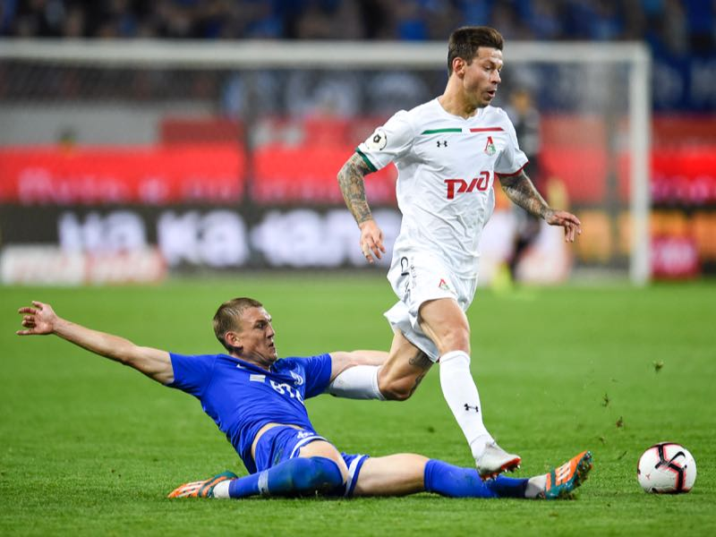 Fedor Smolov (R) of FC Lokomotiv Moscow is challenged by Yevgeni Lutsenko of FC Dinamo Moscow during the Russian Premier League match between FC Lokomotiv Moscow and FC Dinamo Moscow at the RZD Arena Stadium on September 14, 2018 in Moscow, Russia. (Photo by Epsilon/Getty Images)