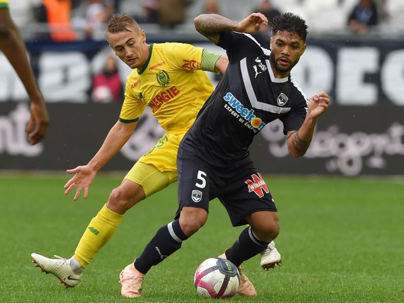 Nantes' French midfielder Valentin Rongier (L) fights for the ball with Bordeaux's Brazilian midfielder Otavio (R) during the French L1 football match between Bordeaux (FCGB) and Nantes at the Matmut Atlantique stadium in Bordeaux, southwestern France on October 7, 2018 (Photo by NICOLAS TUCAT / AFP)