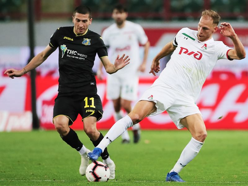 Benedikt Howedes of FC Lokomotiv Moscow and Aleksei Ionov of FC Rostov Rpstov-on-Don vie for the ball during the Russian Premier League match between FC Lokomotiv Moscow and FC Rostov Rpstov-on-Don on October 19, 2018 in Moscow, Russia. (Photo by Epsilon/Getty Images)
