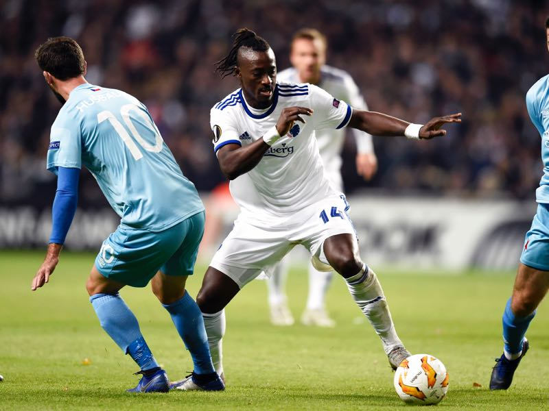 FC Copenhagen's Senegalese forward Dame N'Doye (C) and Slavia Prague's Czech midfielder Josef Husbauer (L) vie for the ball during the UEFA Europa League Group C football match FC Copenhagen v Slavia Praha on October 25, 2018 in Copenhagen, Denmark. (Photo by Liselotte Sabroe / Ritzau Scanpix / AFP)
