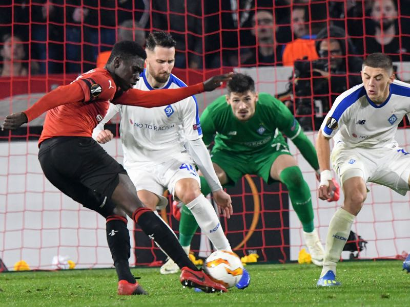 Rennes' Senegalese forward Ismaila Sarr (L) vies with Dynamo Kiev's Ukrainian defender Mykyta Burda (2ndL) during the UEFA Europa League Group K first-leg football match between Rennes and Dynamo Kiev at Roazhon Park in Rennes on October 25, 2018. (Photo by Jean-Francois MONIER / AFP)