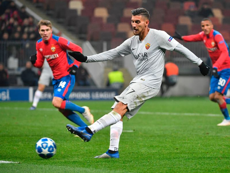 CSKA Moscow v Roma - AS Roma Italian midfielder Lorenzo Pellegrini shoots the ball during the UEFA Champions League group G football match between PFC CSKA Moscow and AS Roma at the Luzhniki stadium in Moscow on November 7, 2018. (Photo by Alexander NEMENOV / AFP)
