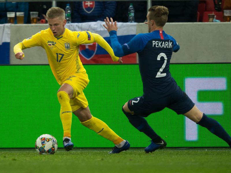 Ukraines midfielder Oleksandr Zinchenko and Slovakias defender Peter Pekarik vie for the ball during the UEFA Nations League football match Slovakia v Ukraine in Trnava, Slovakia on November 16, 2018. (Photo by VLADIMIR SIMICEK / AFP)
