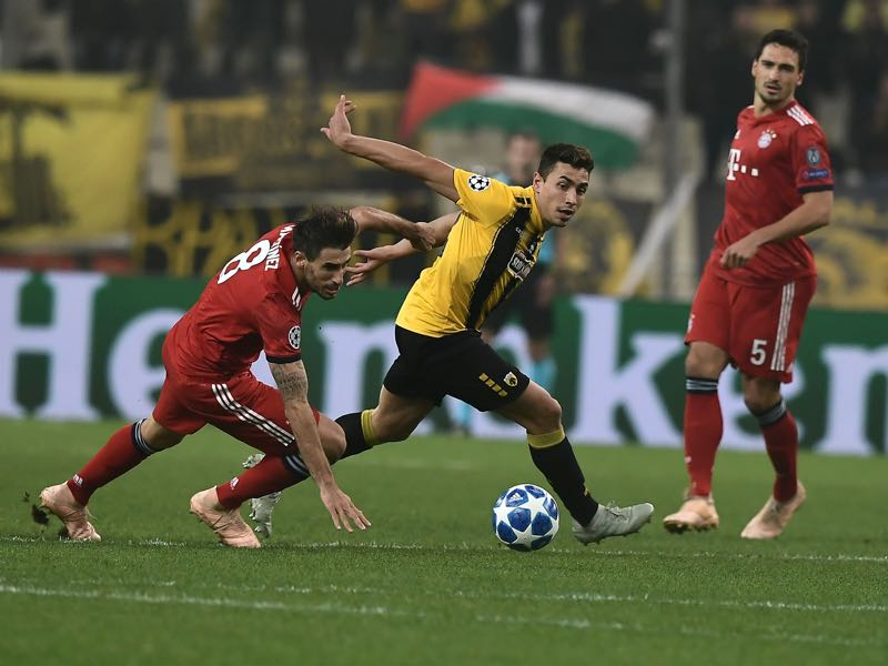 Bayern Munich's Spanish defender Javi Martinez (L) vies with AEK's Argentine forward Ezequiel Ponce (C) past Bayern Munich's German defender Mats Hummels during the UEFA Champions League football match between AEK Athens FC and FC Bayern Munchen at the OACA Spyros Louis stadium in Athens on October 23, 2018. (Photo by ARIS MESSINIS / AFP)