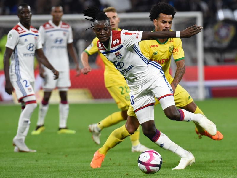 Lyon's Burkinabe forward Bertrand Traore (L) vies with Nantes' Brazilian midfielder Lucas Evangelista (R) during the French L1 football match Lyon (OL) vs Nantes (FCN), on September 29, 2018 in Décines-Charpieu near Lyon. (Photo by JEAN-PHILIPPE KSIAZEK / AFP)