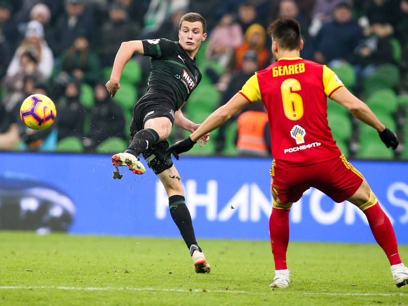 Ivan Ignatyev (L) of FC Krasnodar vies for the ball with Maksim Belyayev of FC Arsenal Tula during the Russian Premier League match between FC Krasnodar v FC Arsenal Tula at Krasnodar Stadium on November 25, 2018 in Krasnodar, Russia. (Photo by Epsilon/Getty Images)