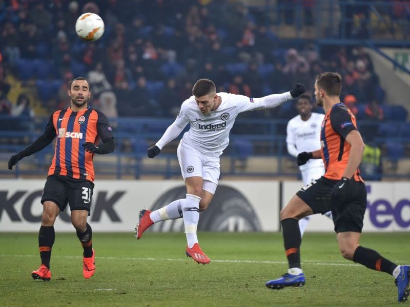 Shakhtar Donetsk v Eintracht Frankfurt - Frankfurt's Serbian forward Luka Jovic (C) heads the ball during the UEFA Europa League round of 32 first-leg football match between FC Shakhtar Donetsk and Eintracht Frankfurt at Metalist Oblast Sports Complex in Kharkiv on February 14, 2019. (Photo by Sergei SUPINSKY / AFP) (Photo credit should read SERGEI SUPINSKY/AFP/Getty Images)