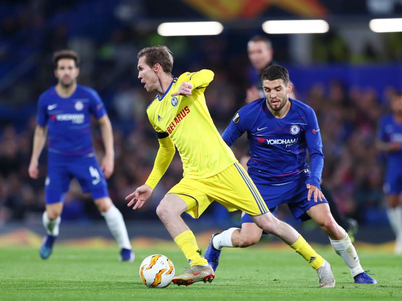 Aleksandr Hleb of FC BATE is closed down by Mateo Kovacic of ChelMateo Kovacic of Chelseaduring the UEFA Europa League Group L match between Chelsea and FC BATE Borisov at Stamford Bridge on October 25, 2018 in London, United Kingdom. (Photo by Clive Rose/Getty Images)