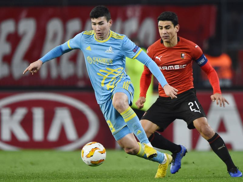 stana's Kazakh forward Baktiyor Zaynutdinov (L) vies for the ball with Rennes' French midfielder Benjamin Andre (R) during the UEFA Europa League Group K football match between Rennes (Stade Rennais FC) and Astana (FC) on December 13, 2018 at the Roazhon Park in Rennes. (Photo by JEAN-FRANCOIS MONIER / AFP)