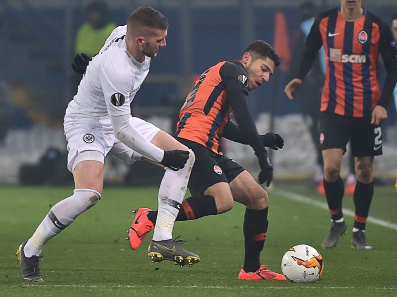 Manor Solomon - Eintracht Frankfurt's Croatian forward Ante Rebic (L) vies for the ball with Donetsk's Israeli forward Manor Solomon (C) during the UEFA Europa League round of 32 first-leg football match between FC Shakhtar Donetsk and Eintracht Frankfurt at Metalist Oblast Sports Complex in Kharkiv on February 14, 2019. (Photo by Sergei SUPINSKY / AFP)