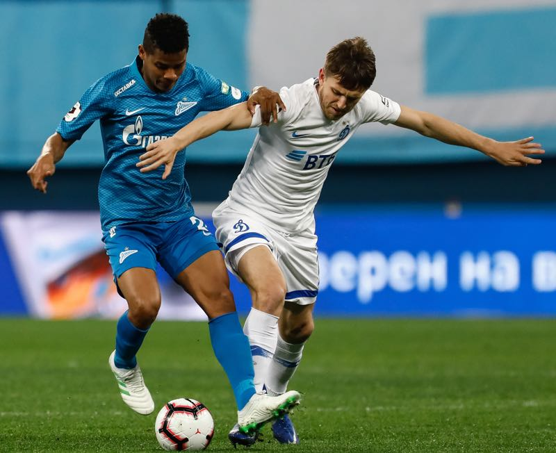 Wilmar Barrios (L) of FC Zenit Saint Petersburg and Fedor Cernych of FC Dynamo Moscow vie for the ball during the Russian Premier League match between FC Zenit Saint Petersburg and FC Dynamo Moscow on April 24, 2019 in Saint Petersburg, Russia. (Photo by Epsilon/Getty Images)