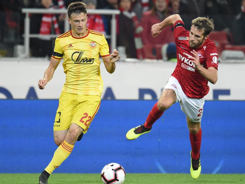 Dmitri Kombarov (R) of FC Spartak Moscow is challenged by Daniil Lesovoy of FC Arsenal Tula during the Russian Premier Liga match between FC Spartak Moscow and FC Arsenal Tula at the Otkritie Arena Stadium on October 21, 2018 in Moscow, Russia. (Photo by Epsilon/Getty Images)