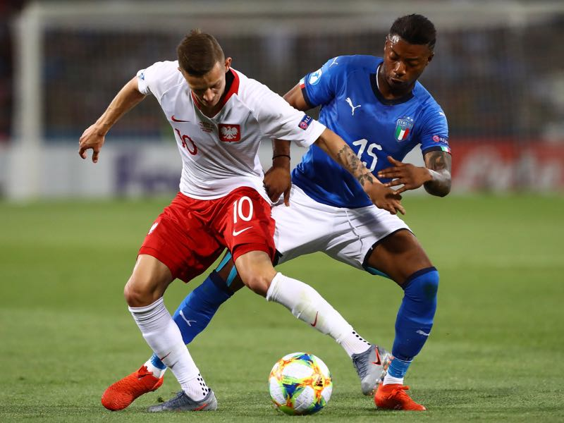 Sebastian Szymanski of Poland competes for the ball with Claud Adjapong of Italy during the 2019 UEFA U-21 Group A match between Italy and Poland at Renato Dall'Ara Stadium on June 19, 2019 in Bologna, (Photo by Marco Luzzani/Getty Images)