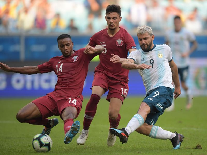 Argentina's Sergio Aguero (R) is marked by Qatar's Salem Alhajri (L) and Bassam Al-Rawi during their Copa America football tournament group match at the Gremio Arena in Porto Alegre, Brazil, on June 23, 2019. (Photo by Carl DE SOUZA / AFP)