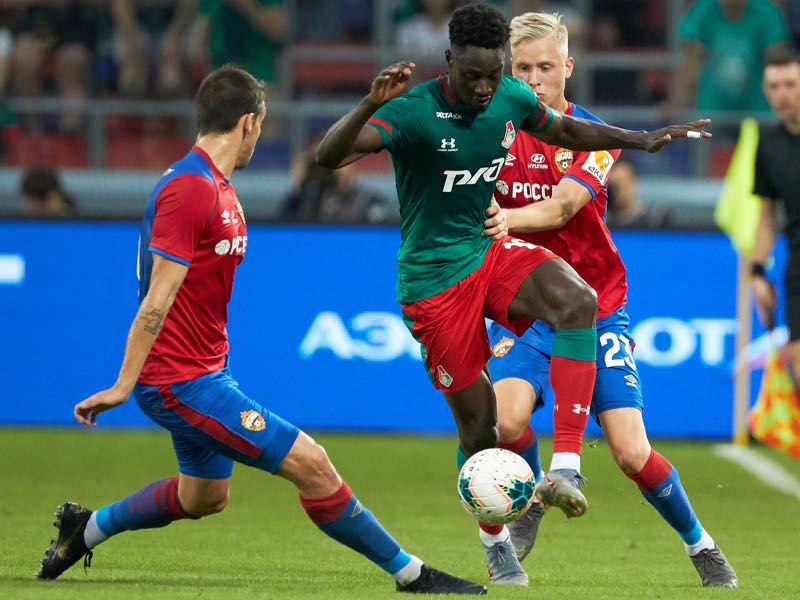 Zvonimir Sarlija (L) and Hordur Bjorgvin Magnusson (R) of PFC CSKA Moscow compete for the ball with Eder of FC Lokomotiv Moscow during the Russian Football League match between PFC CSKA Moscow and FC Lokomotiv Moscow at Arena CSKA stadium on July 28, 2019 in Moscow, Russia. (Photo by Epsilon/Getty Images)
