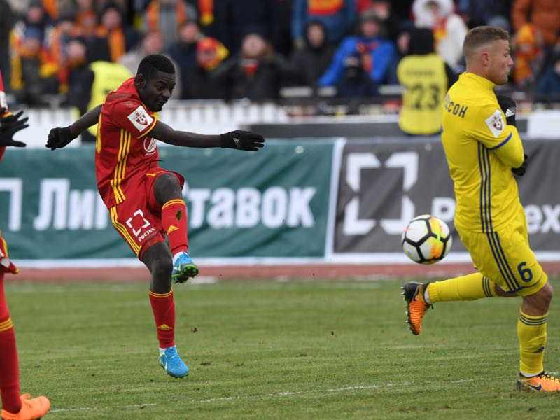 Evans Kangwa (l) of FC Arsenal Tula vies for the ball with Ragnar Sigurdsson of FC Rostov during the Russian Premier League match between FC Arsenal Tula and FC Rostov at Arsenal Stadium on March 17, 2018 in Tula, Russia. (Photo by Epsilon/Getty Images)